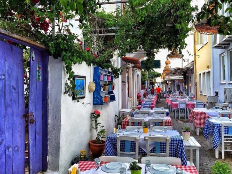 Bozcaada Rum Mahallesi Sokak Arası Akşam Üstüne hazırlanan Restaurantlar