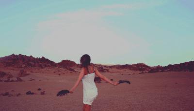 Bu resimde Kadın Günbatımında Bohem Stili yansıtan Bozcaada Elbisesi ile günbatımı yürüşüne çıkmış