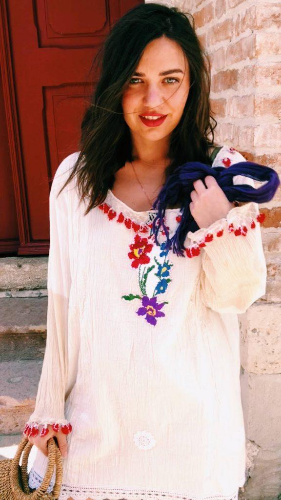 Bozcaada Hediyelik Eşya Dükkanındaki Otantik Elbise alan Bohem Giyim tarzına sahip olan moda bloggerı resimi