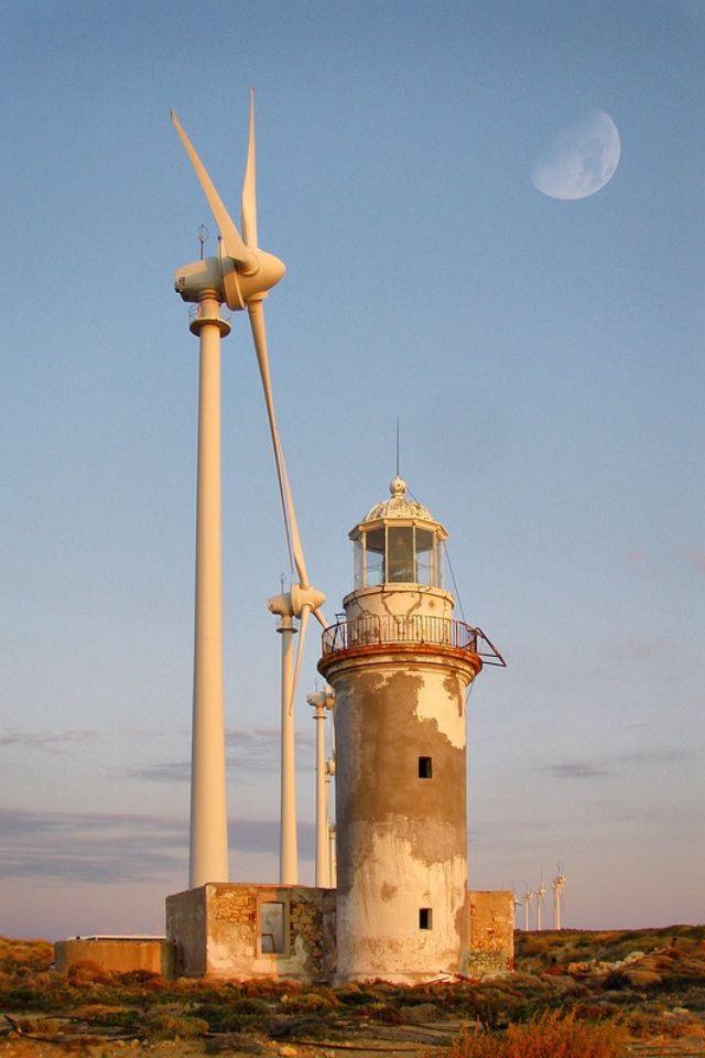 tenedos bozcaada günbatımındaki rüzgar gülü ve deniz feneri resimi