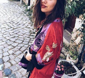 Bohem Ne Demek Bohem Nedir Sorusunu anlatan Etnik Kimano ve Bohem Elbise giyen Bohem Bozcaada Kadını Kameraya Manalı bakıyor