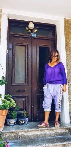 Naciye Butik Bozcaada Otantik Elbise Bohem Giyim Etnik Aksesuar Tasarımcısı Naciye Bozcaada'da yüzü gülerek mor etnik şalvarı ve Otantik Elbisesi ile Bozcaada markası olmanın gurununu yaşıyor