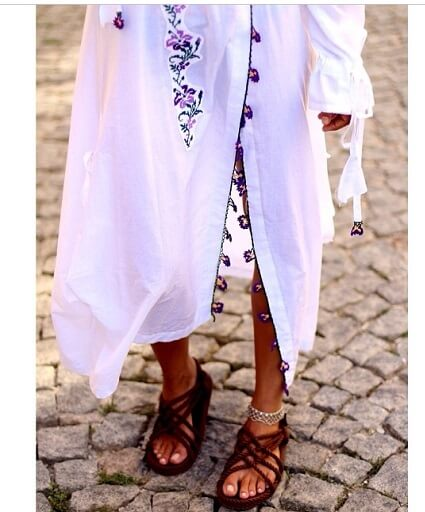 Nur Bilen Yavuzer Bozcaada Rum Mahallesi Kaikias Hoteli üzerinde Naciye Butik Bozcaada'nın Otantik Beyaz Elbise, Bohem Kombini ve Etnik Aksesuarları ile Güzel Bir Boy Fotoğrafı Vermekteydi