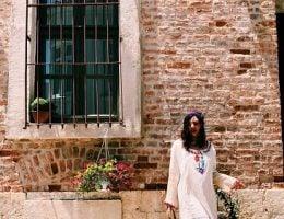 Bozcaada Hediyelik Esya Dukani Secen Blogger Bozcaada Kadını Ayakta Duruyor ve Nerede Bozcaada Hediyelik Esya Alacagına Karar Vermeye Calısıyor